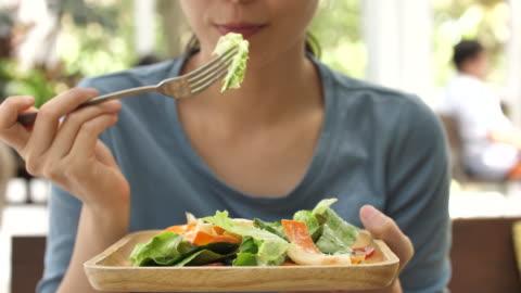 vidéos et rushes de salade de légumes mangeant - manger