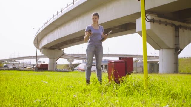 vídeos de stock, filmes e b-roll de ecologista medir o nível de radiação perto da estrada - amostra científica