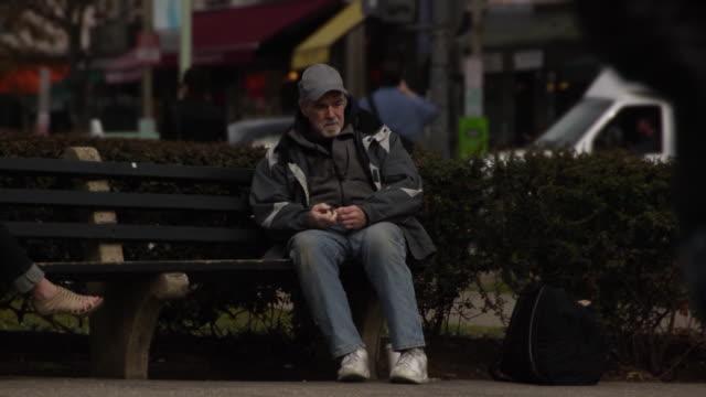Dificultad económicamente hombre en entorno urbano-Multi - vídeo