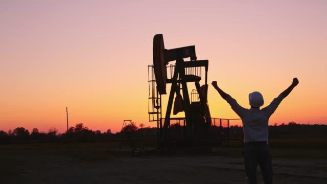 ds ecstatic ingenjör kontrollera oljekälla vid solnedgången - värmepump bildbanksvideor och videomaterial från bakom kulisserna