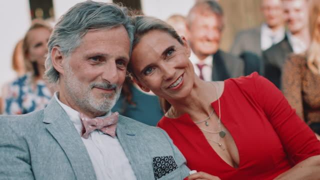 결혼식에서 신부의 황홀한 부모 - 방관적인 사람들 스톡 비디오 및 b-롤 화면