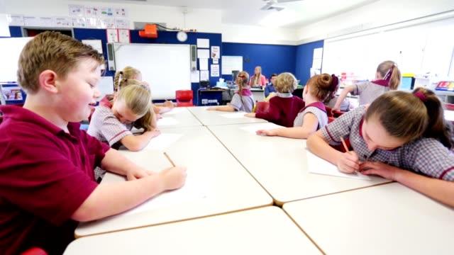 Niños de educación responder una pregunta en clase - vídeo