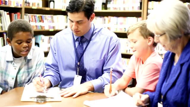教育図書館の学生と小学校のスクール カウンセラー。 ビデオ