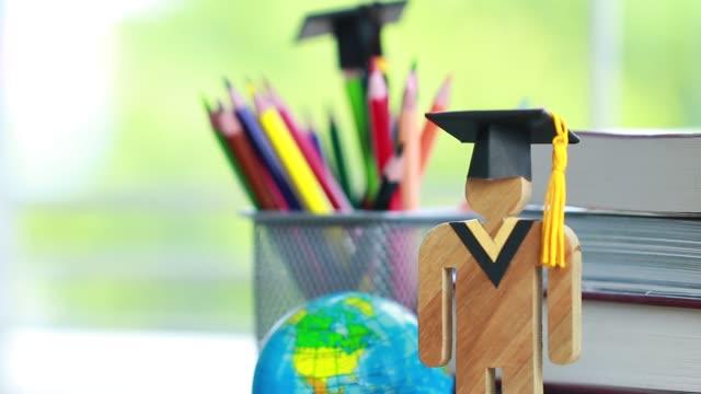 Aprendizagem de conhecimento educação estudar ideias internacionais no exterior. As pessoas madeira de sinal com tampa celebrando graduação aberto livro, América mapa global mostrar alternativas estudando volta ao conceito de escola - vídeo