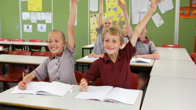 bildung der grundschüler, die beantwortung von fragen im unterricht - grundschule stock-videos und b-roll-filmmaterial