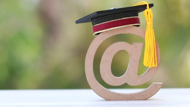 stockvideo's en b-roll-footage met onderwijs universiteit van online leren in het buitenland internationaal concept: graduation cap op lectronique mail of e-mail adres symbool achtergrond. idea communication school kan leren door internet technologie - e learning