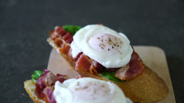egg benedict - brunch stock-videos und b-roll-filmmaterial