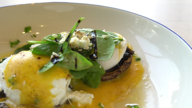 Egg benedict with mushroom video