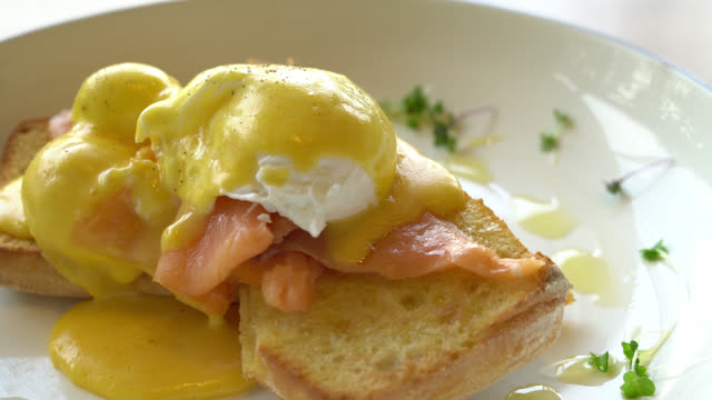 Egg benedict with salmon video