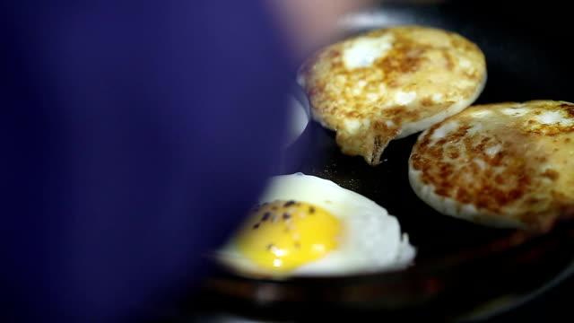 egg cooking in the pan - sesamo video stock e b–roll