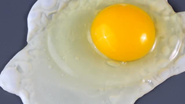 gotowania jajko sadzone z żółtkiem na wierzchu - płyta do pieczenia filmów i materiałów b-roll