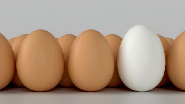 яйцо. символизирует различия друг с другом - варёный стоковые видео и кадры b-roll