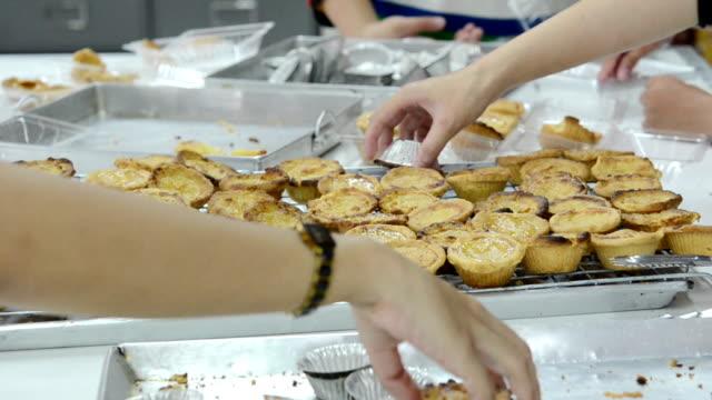 ägg tårta - vaniljsås bildbanksvideor och videomaterial från bakom kulisserna