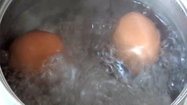 яйцо — кипящий - варёный стоковые видео и кадры b-roll