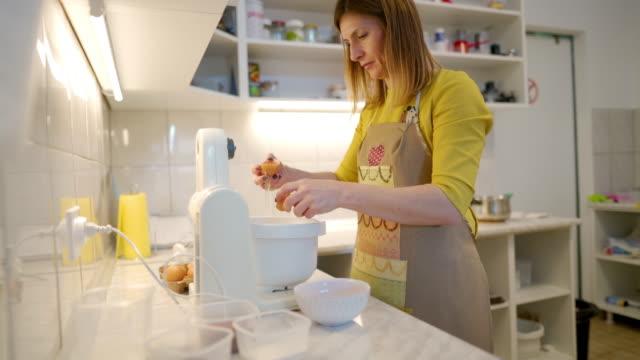 vidéos et rushes de les œufs sont un ingrédient important pour un gâteau - batteur électrique