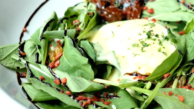 Eggs benedict salad video