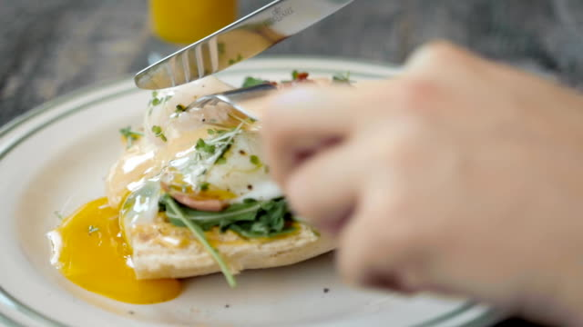 stockvideo's en b-roll-footage met eggs benedict met brood en tomaat op een plaat met becon ochtend sandwich - eigeel