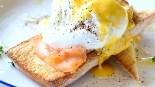 Eggs benedict with salmon video