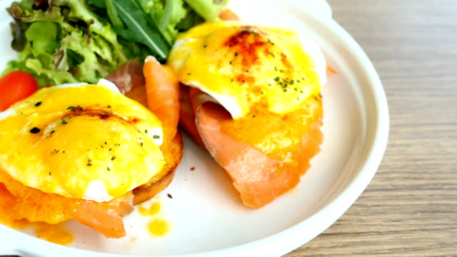 Eggs benedict with smoked salmon video