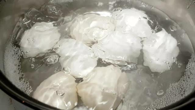 ägg kokta i kokande vatten - kokat ägg bildbanksvideor och videomaterial från bakom kulisserna