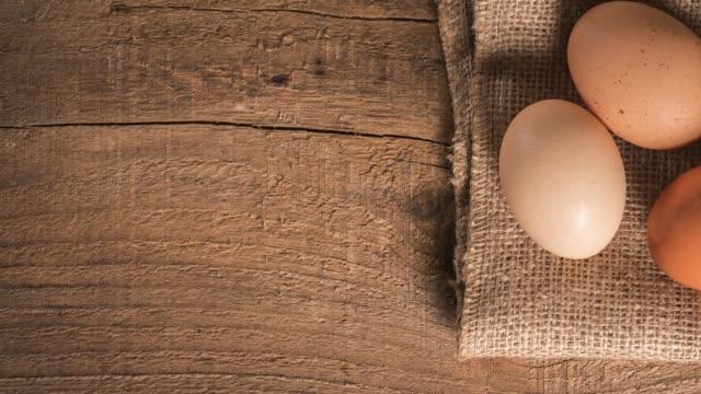 Huevos en mesa de madera rústica - vídeo