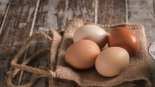 stockvideo's en b-roll-footage met eieren op rustieke houten tafel - ei