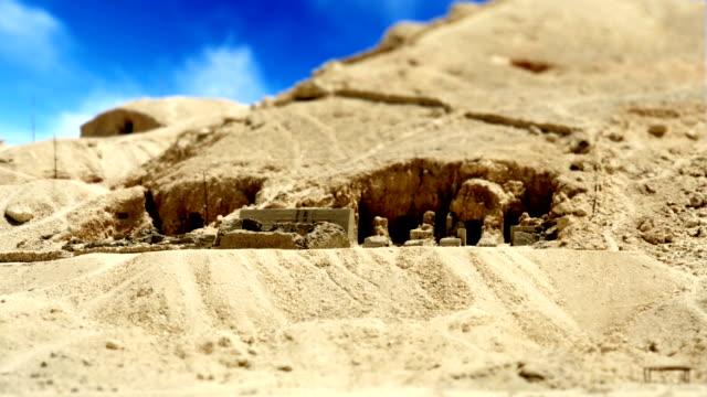 ägypten-grab in wüste sonnentag - blickwinkel der aufnahme stock-videos und b-roll-filmmaterial