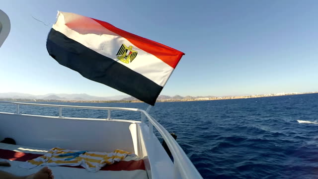 Egyptian flag on the pleasure boat - vídeo