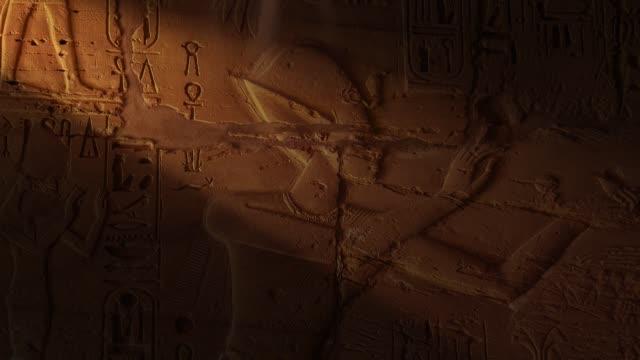 vídeos de stock, filmes e b-roll de hieróglifos egípcios - civilização milenar