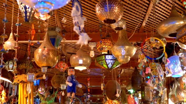 ägyptische souvenirläden für touristen auf dem alten stadtmarkt in der nacht - antique shop stock-videos und b-roll-filmmaterial