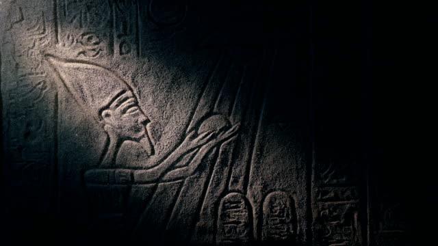 нло египетской стены искусства загорелся с факелом - египет стоковые видео и кадры b-roll