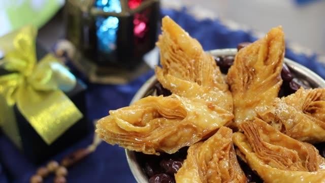 eid gåvor och firandet orientaliska livsmedel - ramadan lykta bildbanksvideor och videomaterial från bakom kulisserna