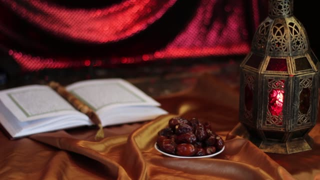 Eid Mubarak. Scintillement de la bougie à la lampe - Vidéo