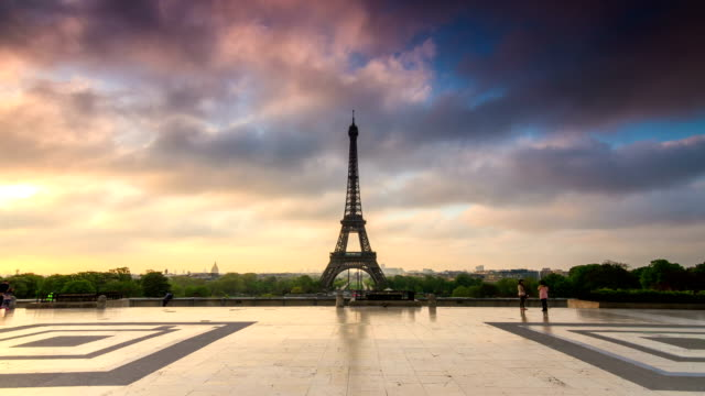 eiffel tower 4k hyperlapse timelapse - esposizione lunga video stock e b–roll