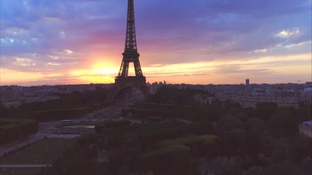 vidéos et rushes de coucher du soleil vue aérienne sous forme de tour eiffel paris france - tour eiffel