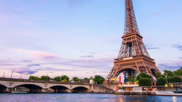 eiffel tower from across seine river time lapse - francja filmów i materiałów b-roll