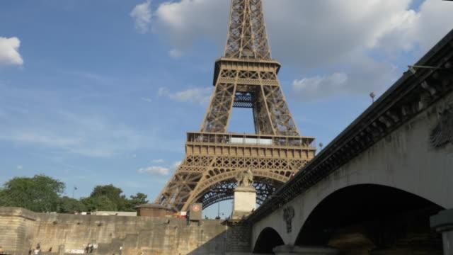 eiffeltornet från sena´s river - turistbåt bildbanksvideor och videomaterial från bakom kulisserna