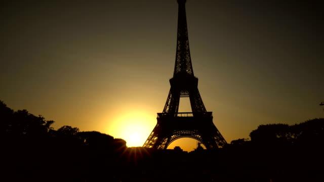 Eiffelturm in Paris bei Sonnenuntergang – Video