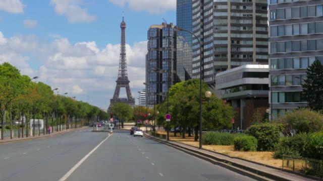 vídeos de stock, filmes e b-roll de torre eiffel, em paris, frança - característica arquitetônica
