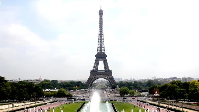 vídeos de stock, filmes e b-roll de torre eiffel em paris (hd - moda parisiense