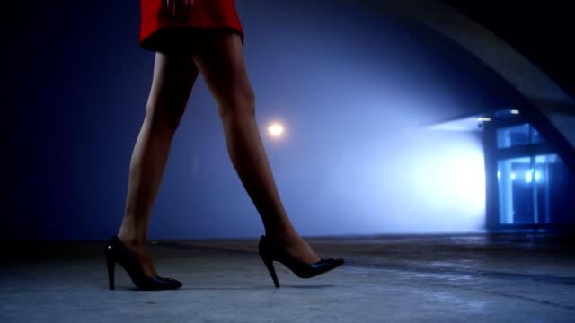 stockvideo's en b-roll-footage met elagant walk - menselijk been
