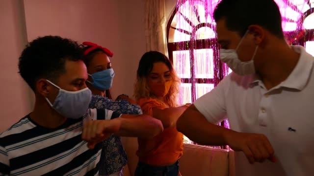 vídeos de stock, filmes e b-roll de saudação de cotovelo para evitar a propagação do coronavírus (covid-19). em vez de cumprimentar com um abraço ou aperto de mão, eles batem os cotovelos. - braço humano