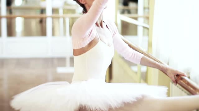 高齢のバレリーナは、習慣にバレエがバレエ練習用バー - バレエ点の映像素材/bロール