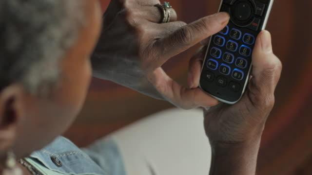 yaşlı siyah kadın kablosuz sabit telefon 911 arama - ots - first responders stok videoları ve detay görüntü çekimi