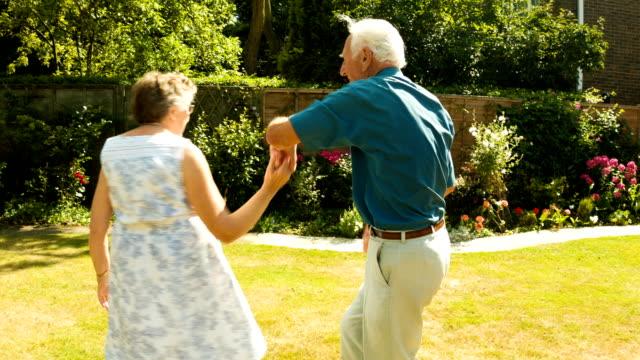 vidéos et rushes de couple de personnes âgées danse - senior dynamique