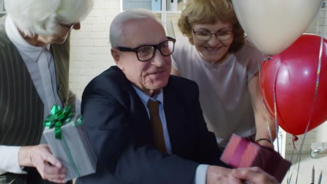 上司の退職祝い年配の従業員 ビデオ
