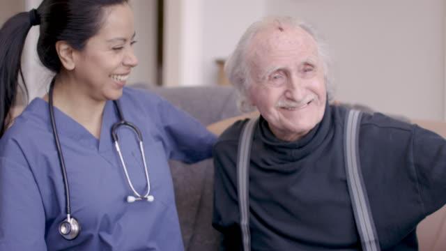 在宅介護訪問中に看護師を持つ高齢紳士 - 老人ホーム点の映像素材/bロール