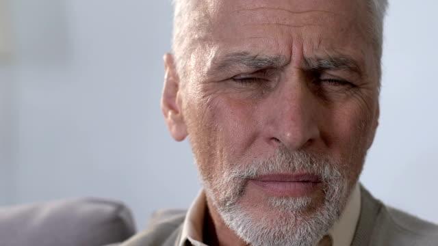 vídeos de stock, filmes e b-roll de macho idoso que põr a mão na orelha, deficiências auditivas, surdez, close-up - surdo