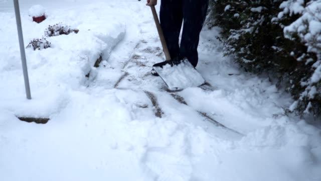 äldre man rengöra snön från vandringsled i hans gårdsplanen - skyffel bildbanksvideor och videomaterial från bakom kulisserna