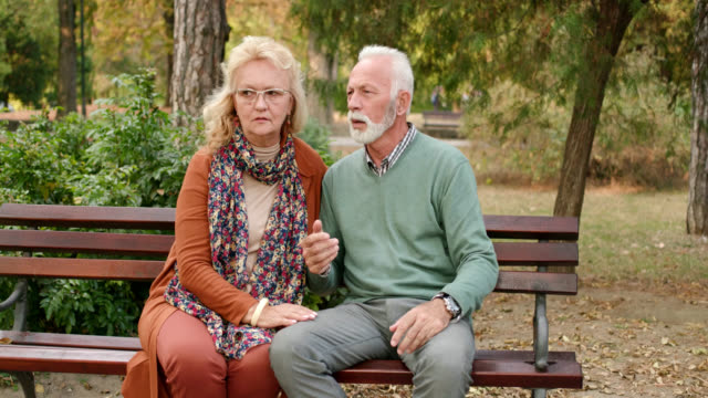 vídeos de stock e filmes b-roll de elderly man have chest pains or heart attack in the park - miocárdio